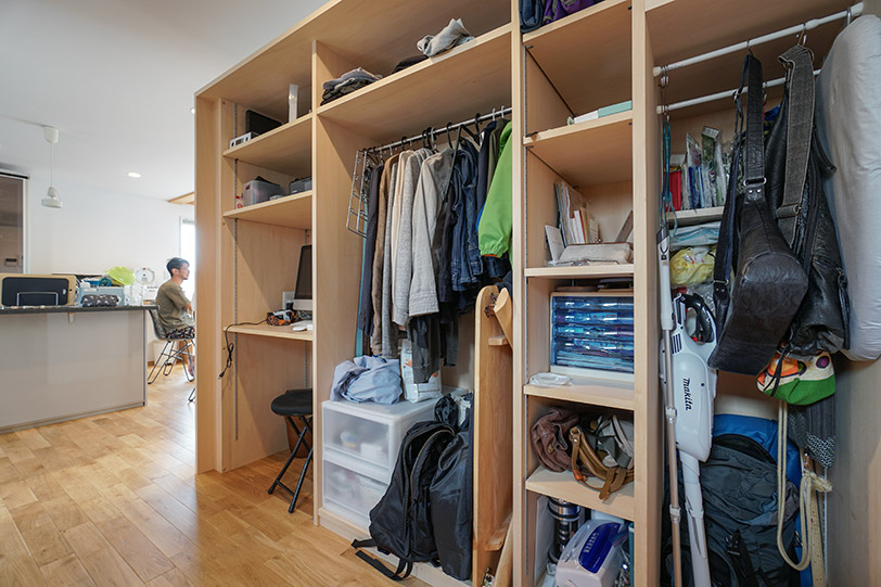 写真右手に玄関があるので、朝はダイニングから玄関に向かうまでにこの棚のもので身支度ができてしまい便利なのだとか
