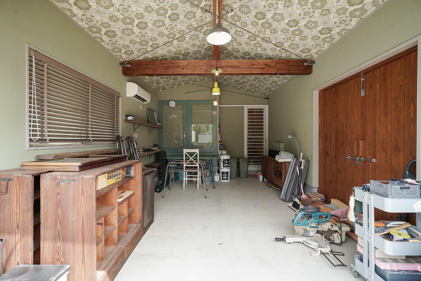 将来は、現在工房として利用しているこのスペースでカフェをやってみたいという小原さん。大工の友人が解体現場で見つけてきてくれるという古いものが整然と並び、既にショップのような雰囲気だ。