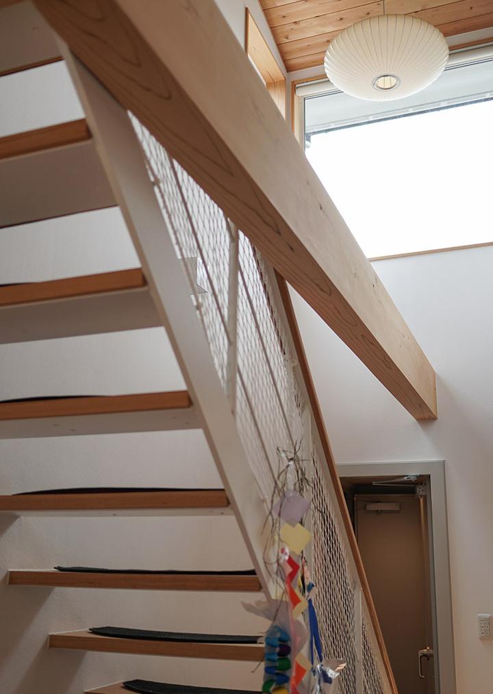 吹抜け2階の窓から心地よい光が注ぐ。階段の奥は防音扉。更にもう1枚の防音扉を開けたところが防音室