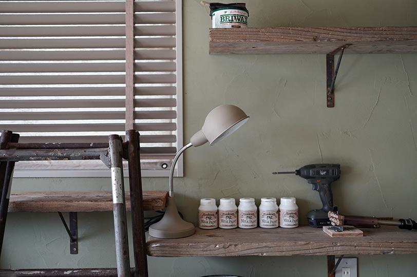 棚に並ぶのはリメイクなどの際に大活躍のターナー社の塗料「ミルクペイント」