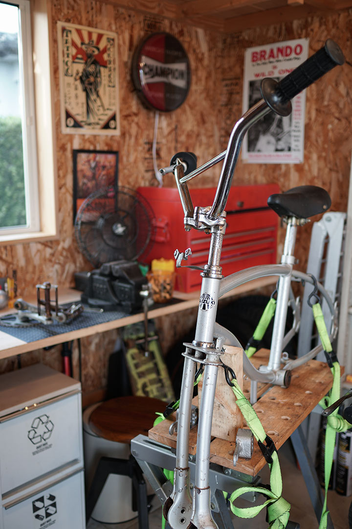 いつもいじっているバイクに混じって珍しいSUZUKI製の自転車が。これもこれから手を入れていくのだとか