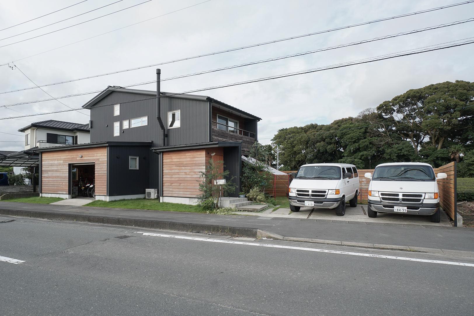 鈴木さんのラムバン(左)とエフ・ベース代表・丸山のラムバン(右)で記念撮影。左の下屋部分がバイクガレージ