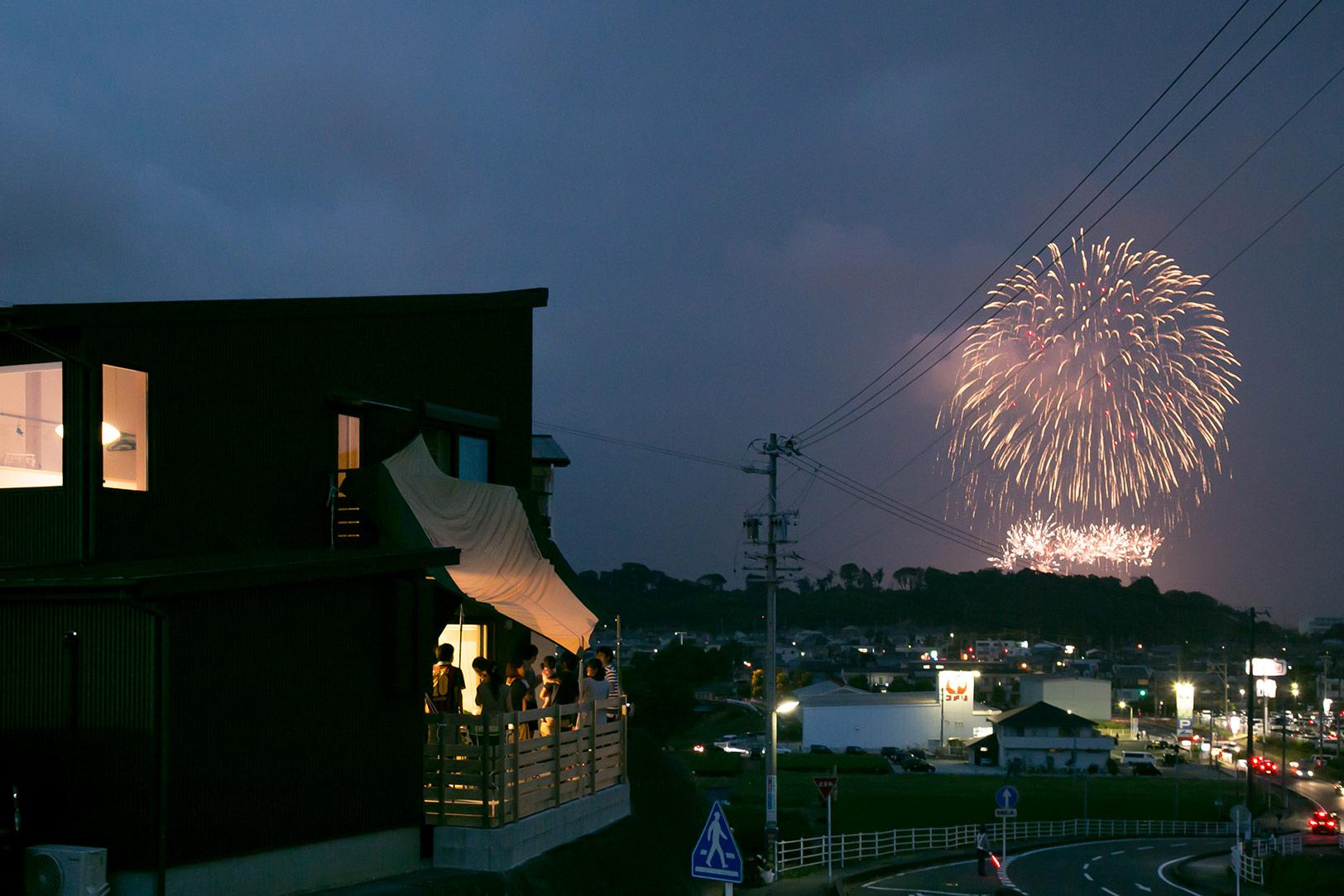 袋井市の花火大会(今年は残念ながら中止)の日は会社の仲間たちと皆でデッキで楽しむのが恒例になっている