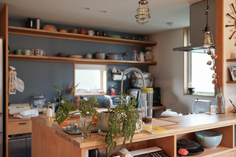 ダイニングの家族の様子を見ながら作業できる対面キッチン