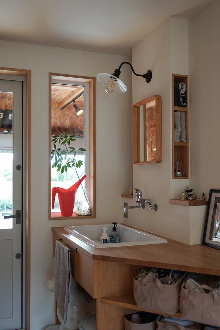 手洗いスペース。窓のむこうはバイクガレージ
