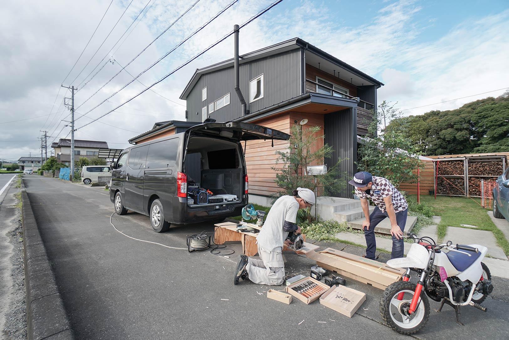 バイク仲間の大工さんが鈴木さんの愛車「ラムバン」の床を修理していた。代わりに鈴木さんはバイクを修理してあげるのだとか